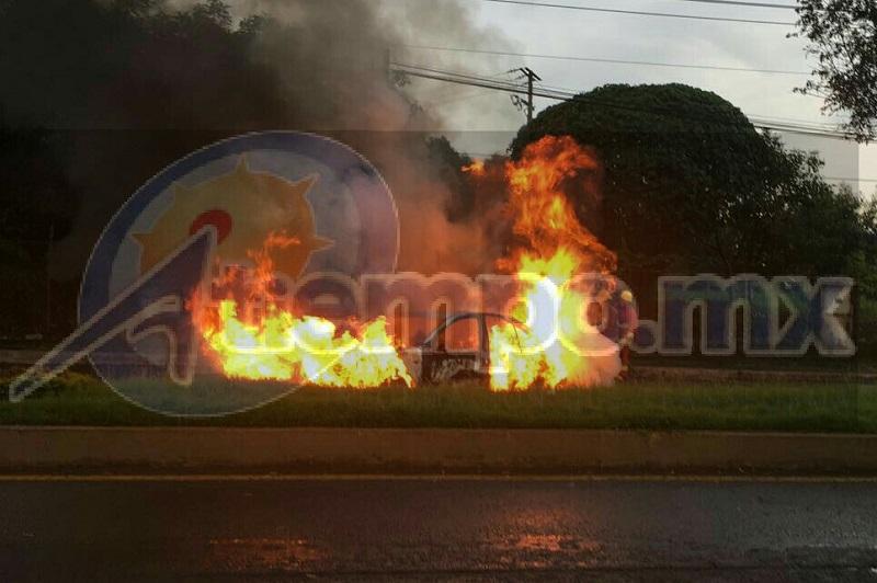 La mañana de este domingo un grupo de sujetos atravesaron y quemaron un vehículo en el Bulevar Industrial a la altura de la papelera, donde también se localizó una narcomanta en un puente peatonal. Lo mismo ocurrió con un camión de carga en la carretera Uruapan – Gabriel Zamora