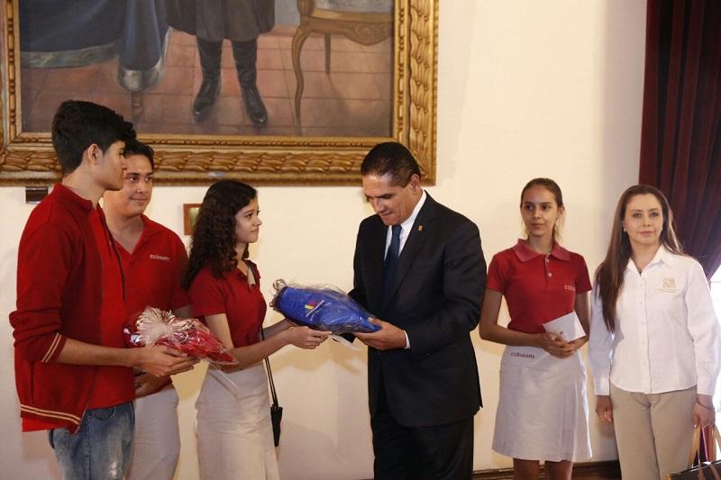 El mandatario estatal refrendó todo su apoyo y respaldo a los tres estudiantes y a su asesora, a quienes les auguró el mayor de los éxitos y los convocó a poner en alto el nombre de Michoacán