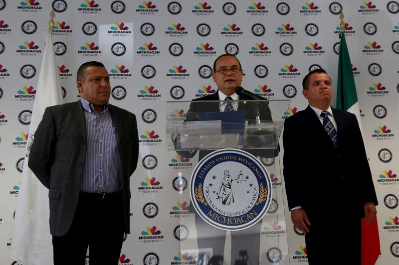 Acompañado de los deudos y sus abogados, el Procurador José Martín Godoy Castro emitió este día un mensaje ante los medios de comunicación informando los avances del caso
