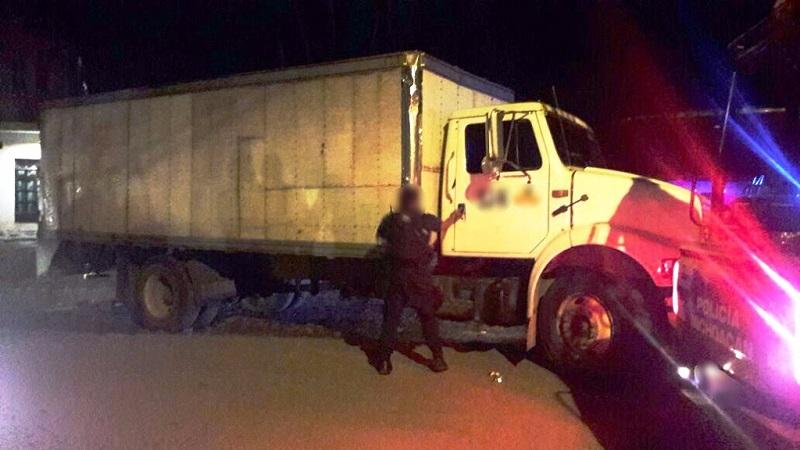 Los vehículos, armas, cargadores, cartuchos, equipo táctico, madera, droga y personas fueron puestos a disposición de la autoridad correspondiente.