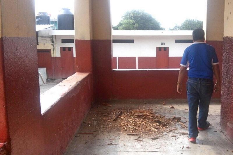 En la región Morelia, al menos 10 centros educativos sufrieron daños estructurales leves, sin embargo, en el Hospital Psiquiátrico se encontraron grietas en muros de dos consultorios, mientras que en el complejo principal de Ciudad Universitaria, la biblioteca y el salón 21 resultaron también con daños estructurales
