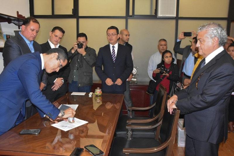 El secretario de Finanzas y Administración, Carlos Maldonado, entrega la propuesta a la Mesa Directiva del Congreso del Estado