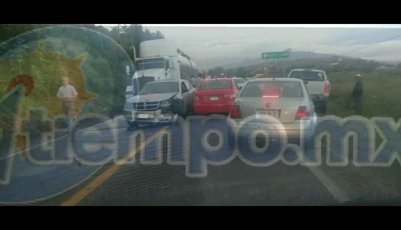 Debido a que los vehículos quedaron invadiendo ambos carriles, la circulación quedo prácticamente cerrada, por lo que arribaron unidades de la Policía Michoacán, las cuales tuvieron que desviar el tráfico