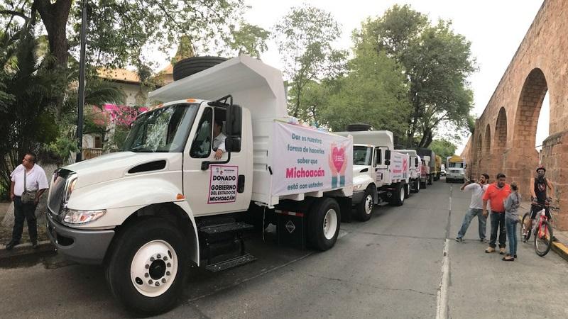 Se donaron tres vehículos de volteo para Ciudad de México, Morelos y Oaxaca, mismos que se quedarán a disposición para apoyar en la limpieza y reconstrucción de las zonas afectadas; así como 800 herramientas de trabajo entregadas por empresarios de la construcción