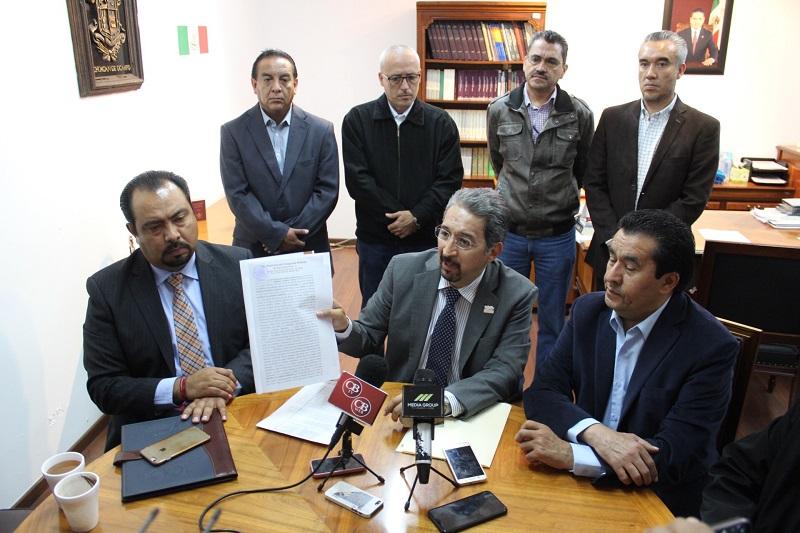 El presidente de la Junta Local de Conciliación y Arbitraje, Hill Arturo del Río Ramírez, recibió la documentación correspondiente entregada por la autoridad universitaria