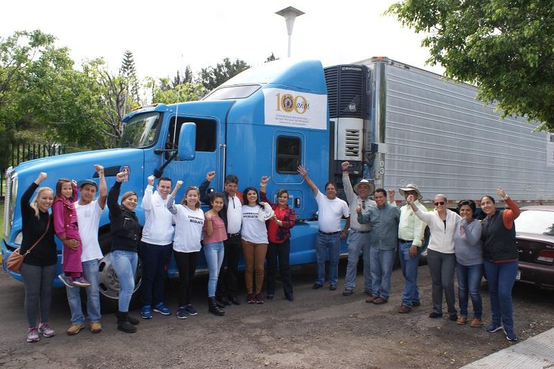Esta mañana inició la entrega personalizada de despensas, ropa, artículos de limpieza y herramientas que los michoacanos donaron solidariamente en los centros de acopio