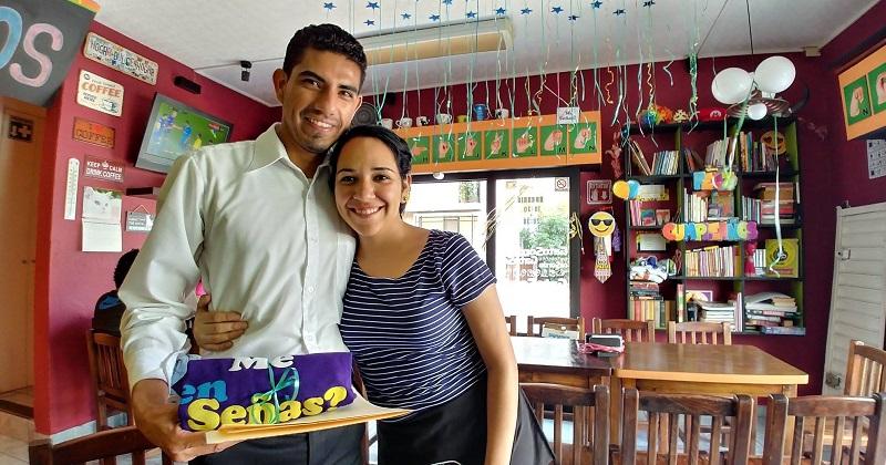 Como emprendedora empresarial dirige una cafetería para personas con discapacidades auditivas en Morelia