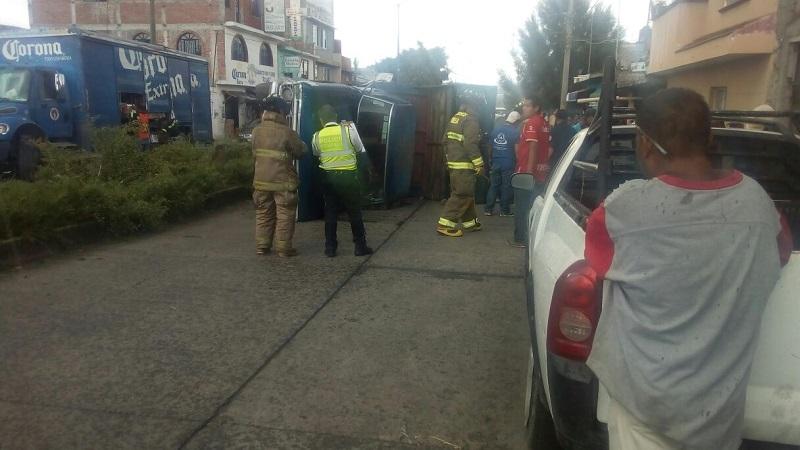 De acuerdo con los primeros reportes, no hay lesionados y el conductor del vehículo huyó del lugar