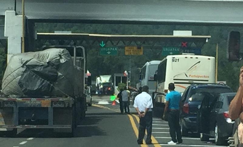 Elementos de la Policía Michoacán de la Secretaría de Seguridad Pública (SSP) vigilan las manifestaciones a distancia prudente y exhortan a los comuneros a conducirse en un marco de legalidad y respeto
