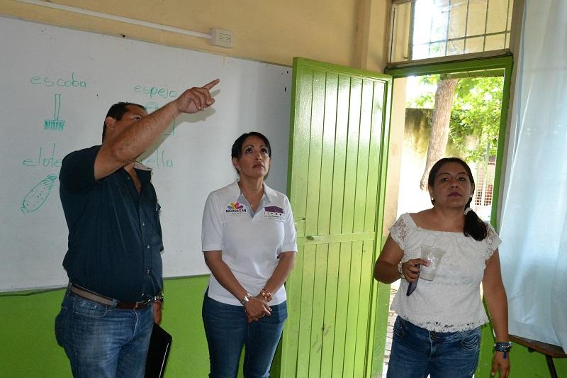En gira de trabajo por el municipio de Lázaro Cárdenas, la directora general del IIFEEM, María Guadalupe Díaz Chagolla, visitó siete planteles escolares para supervisar las condiciones en que se encuentran