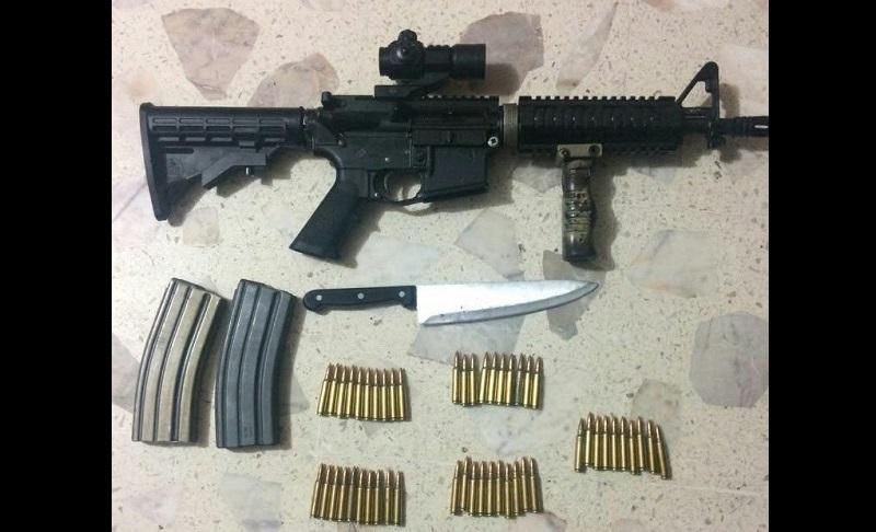 El detenido, identificado como Francisco C., será puesto a disposición de la autoridad competente junto al vehículo, cuchillo, arma, cargadores y cartuchos