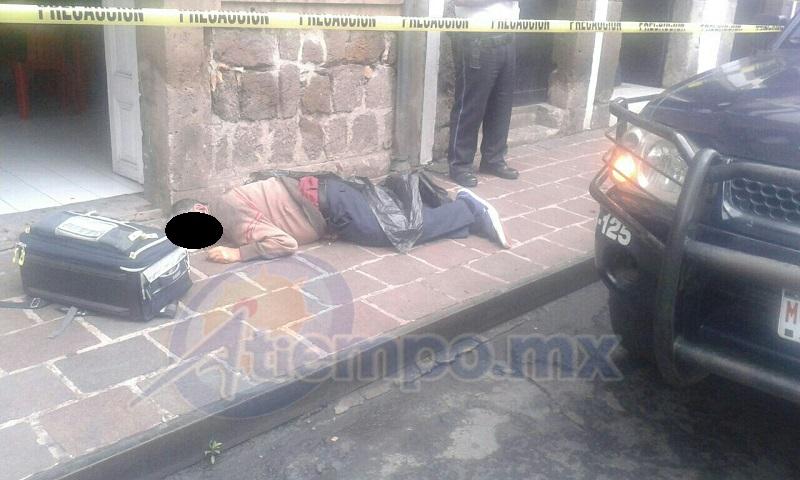 Por unas dos horas, agentes de la Policía Michoacán cerraron la calle Morelos Norte, desde Melchor Ocampo hasta Avenida Madero, mientras la PGJE realizaba las diligencias correspondientes