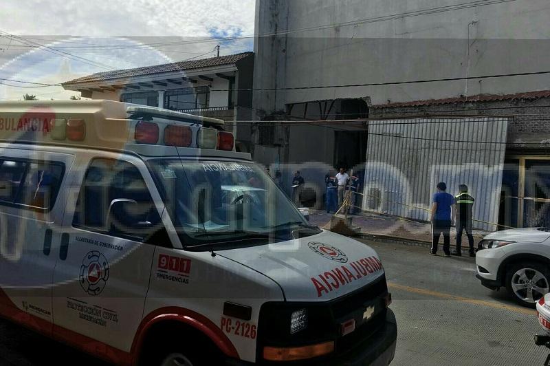 En un determinado momento perdió el equilibrio y cayó hasta el piso, pero adentro de lo que era la recepción del Cine Uruapan, algunos testigos pidieron el apoyo de una ambulancia, llegando paramédicos motorizados y de Protección Civil Estatal
