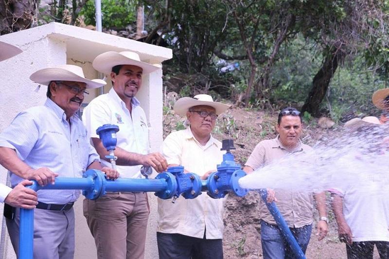 Gilberto Zarco señaló que el dotar de los servicios básicos a la población ha sido una prioridad para el Ayuntamiento de Huetamo