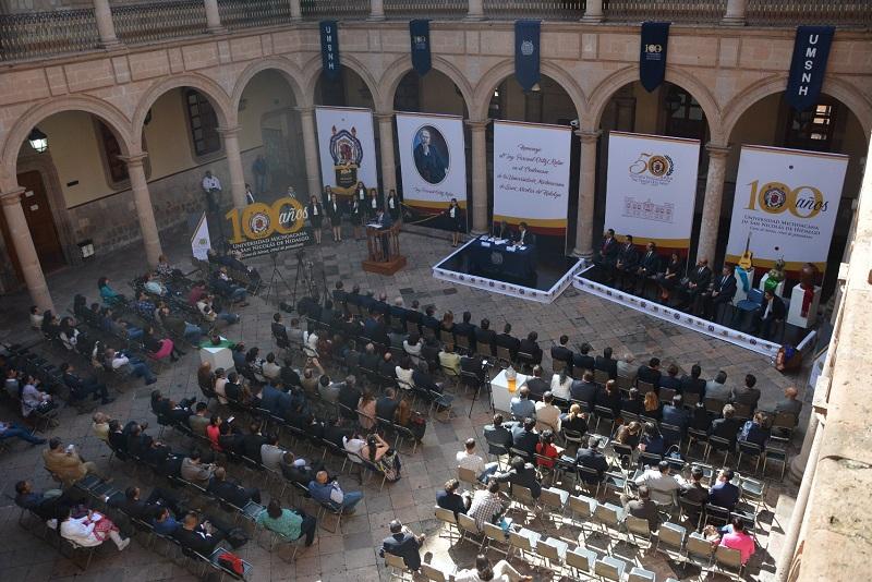 Eduardo Nomelí Mijangos hizo una invitación a todos los nicolaitas para realizar una necesaria mirada retrospectiva en donde se valore y discutan las impostergables reformas universitarias, una discusión incluyente a la vez que inteligente, que privilegie respeto y tolerancia entre los diversos actores