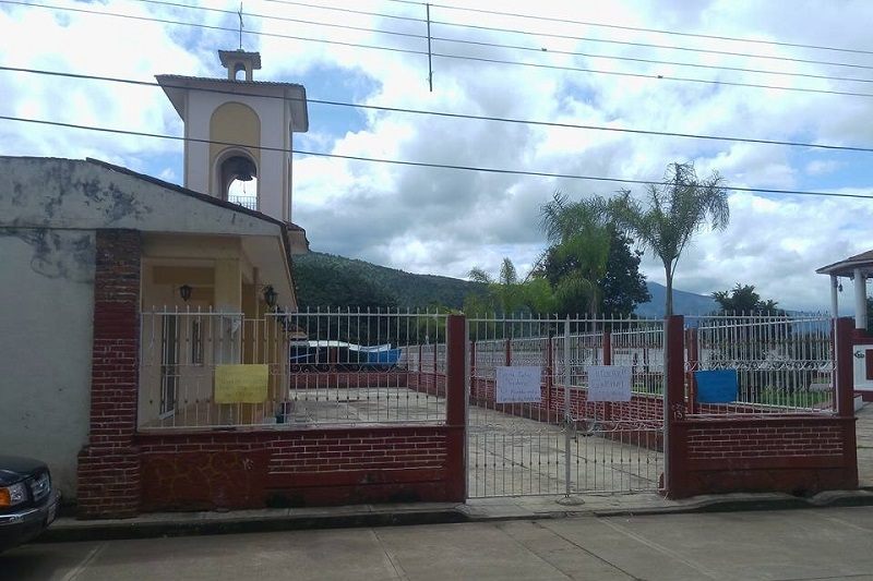 Según la versión de algunos comuneros, Gabino Ordaz ha tratado de forma despectiva a los cargueros que son nombrados por usos y costumbres para apoyar a la iglesia, con la intención de desaparecer la estructura, costumbres y tradiciones en las cuestiones sociales y religiosas
