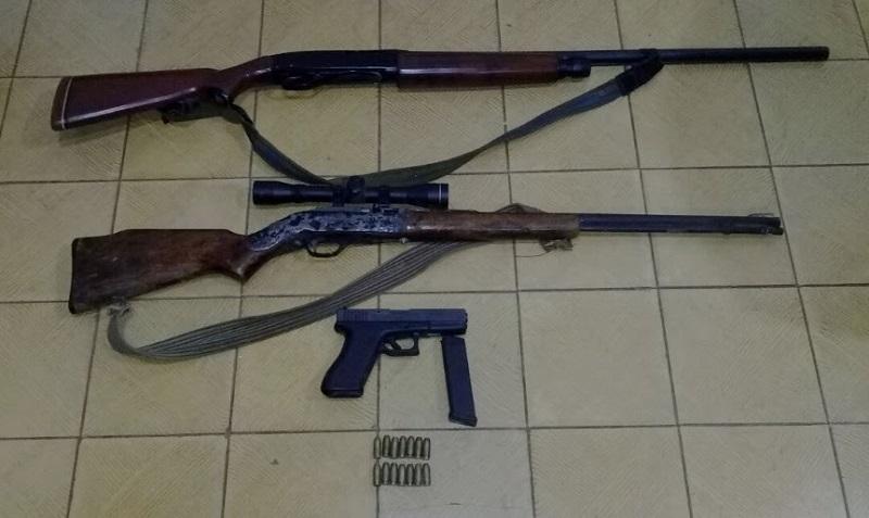 Los detenidos fueron identificados como Miguel C., Julio C., y Osiel C., quienes junto a las armas que portaban serán puestos a disposición de la autoridad competente