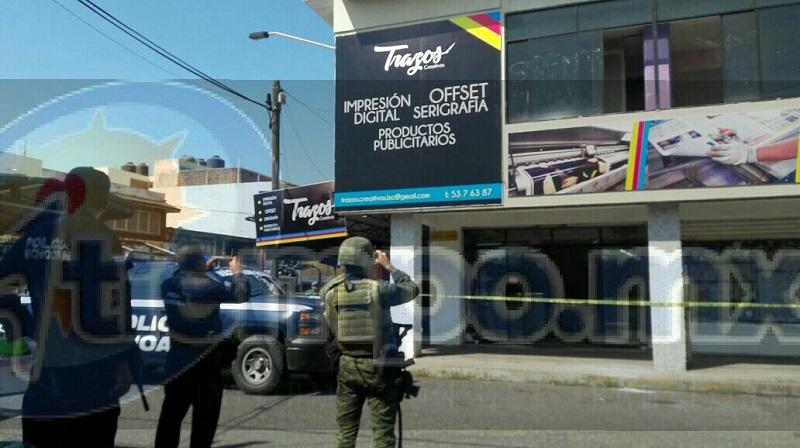 Personal de la Policía Militar y Policía Michoacán acordonó el lugar donde surgió el ataque en contra el empresario, el cual fue trasladado por una ambulancia de Protección Civil Municipal a urgencias del IMSS, dónde se encuentra resguardado por las autoridades