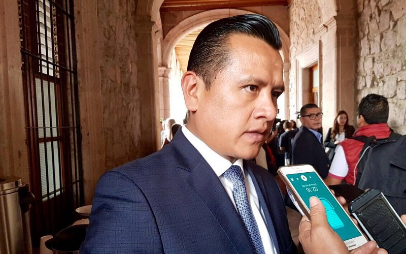 La democracia no se construye con actores políticos que ambicionan el poder y que luego de renunciar a sus partidos políticos tras años de militancia pretenden venderse como independientes: Torres Piña