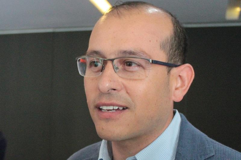 Hinojosa Pérez recordó que tan solo en la administración anterior, que fue la época de mayor inestabilidad en el estado por el relevo de cuatro gobernadores priistas, se erogaron más de 350 millones de pesos en gastos de renovación de imagen