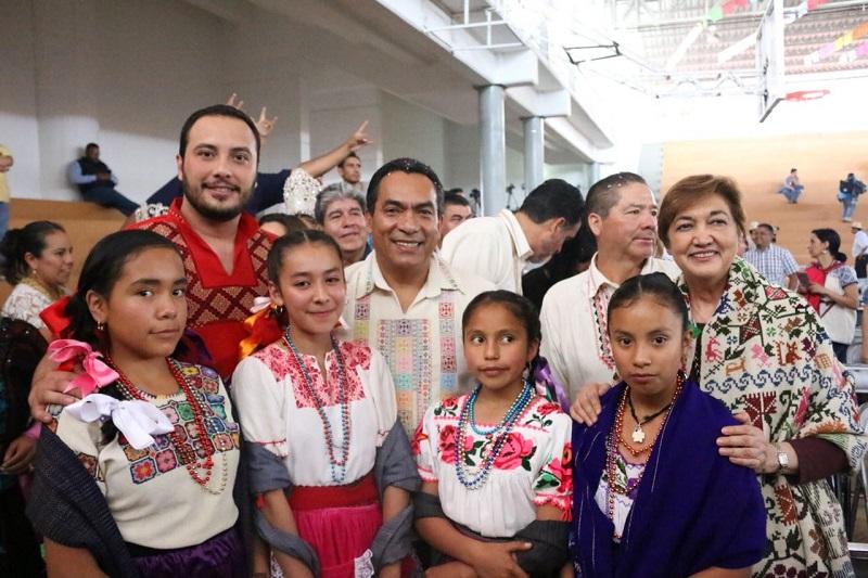 López Solís reconoció el esfuerzo que hacen las y los jóvenes profesionistas de Zacán, habitantes, la gente mayor del pueblo, quienes son un ejemplo de que las tradiciones y costumbres