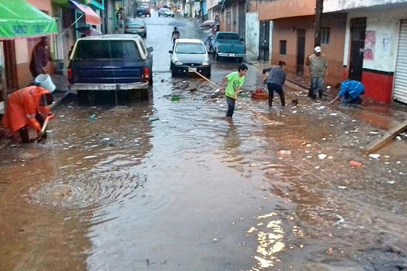 Una vez pasado el temporal, Protección Civil apoyó las labores de atención a la población con maquinaria y una cisterna de agua, así como con cinco elementos