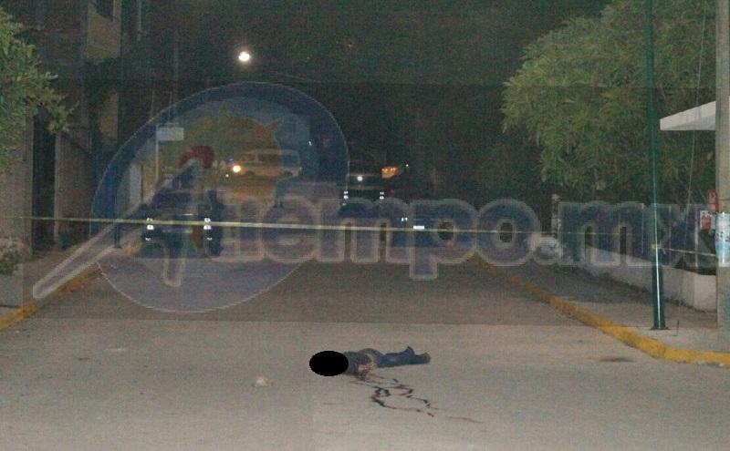 Tras el hecho el hombre perdió la vida a mitad de la vialidad, por lo que personal de la Policía Michoacán acordonó el área