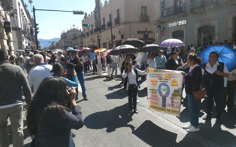 Los manifestantes lanzaron consignas contra el Gobierno de Michoacán, así como contra el Congreso del Estado, al cual le exigieron dotar de mayores recursos al sector salud
