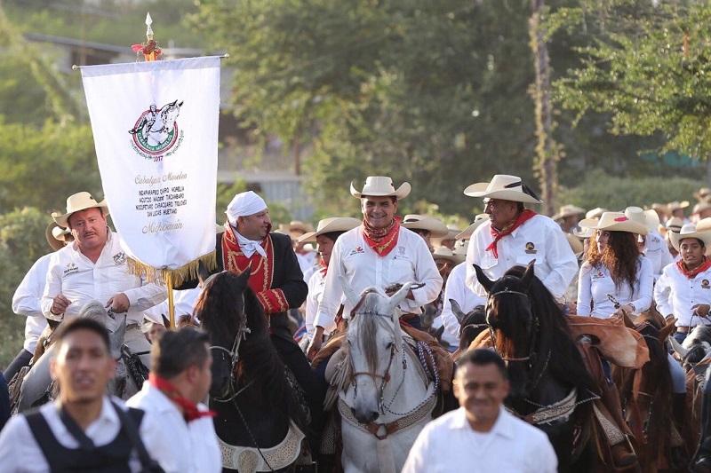 """En un ambiente lleno de fiesta familiar y en la que cientos de huetamenses recibieron con gran alegría a las y los participantes, el gobernador dijo: """"Somos partidarios y admiradores de la obra de Morelos"""""""
