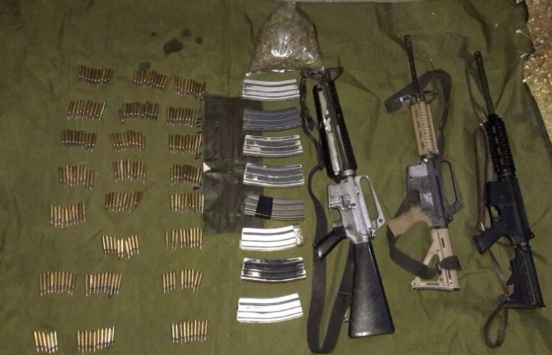 Fueron localizadas tres armas largas, ocho cargadores, 226 cartuchos calibre 2.23 y 150 gramos de hierba verde seca con las características propias de la marihuana