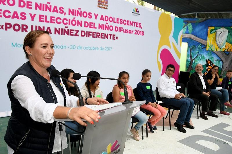Rocío Beamonte felicitó a Sharon Clemente Morales, así como a Erandy Naranjo Castillo, del municipio de Los Reyes, quien fue elegida como suplente, mientras que a todos los participantes reconoció sus aportaciones