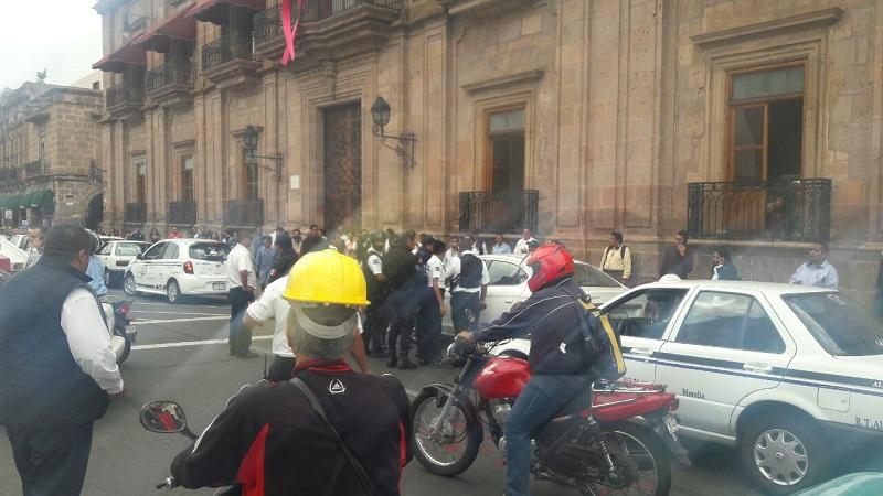 Después de varios minutos, las autoridades optaron por trasladar el vehículo a un corralón ante la exigencia de los taxistas
