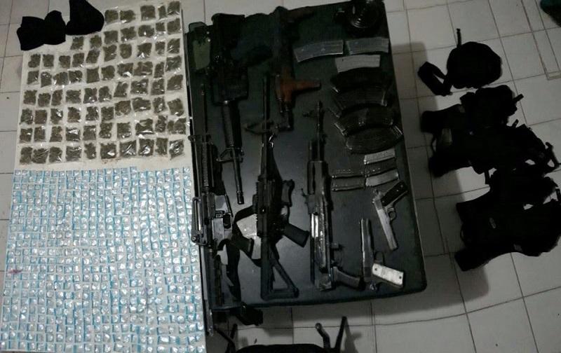 A los detenidos se les decomisaron tres armas calibre .223, dos calibre .38 súper, y dos calibre 7.62X39, además de 16 cargadores, dos chalecos tácticos, dos capuchas, una piernera y una mariconera