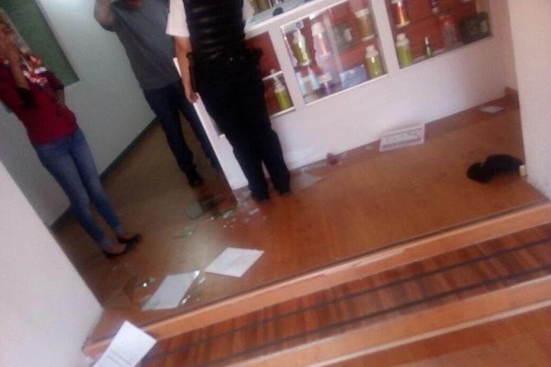 Según testigos, al menos dos sujetos armados ingresaron al negocio y amagaron a la dependiente, a quien obligaron a entregar todo el dinero que en ese momento había en caja