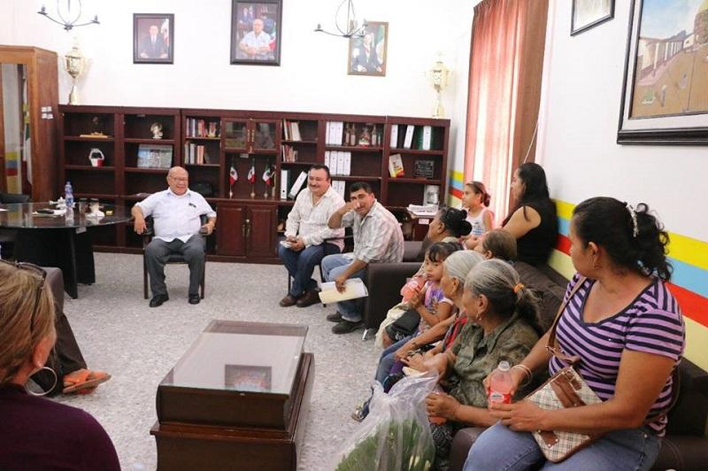 Zarco Saucedo manifestó que su labor es atender a toda la población que acude y, al mismo tiempo, canalizar sus peticiones a las diferentes instancias municipales, o incluso estatales