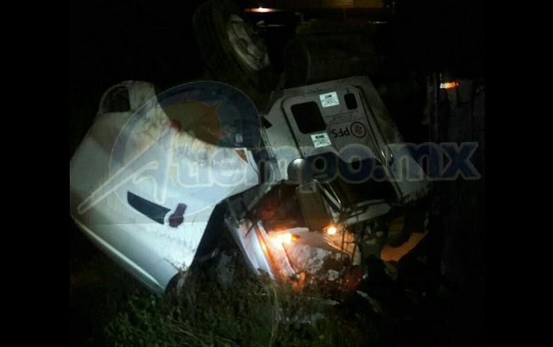 En el lugar falleció el operador de la unidad, identificado como Víctor X., por lo que personal de la Policía Federal resguardo el lugar y cerró parcialmente la autopista con sentido Uruapan – Pátzcuaro