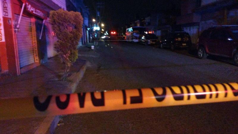 Fuentes indicaron que minutos antes de las 21:00 horas reportaron a la base de la Policía Michoacán dos personas lesionadas por impactos de arma de fuego sobre la calle Prolongación Norte a la altura del panteón de dicha tenencia