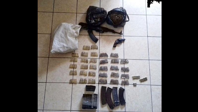 Los agentes policiales y castrenses aseguraron inmediatamente a las personas y al revisar sus pertenencias les aseguraron un arma larga AK-47 y una pistola tipo revólver, calibre .38 especial, con 12 cargadores y 209 cartuchos