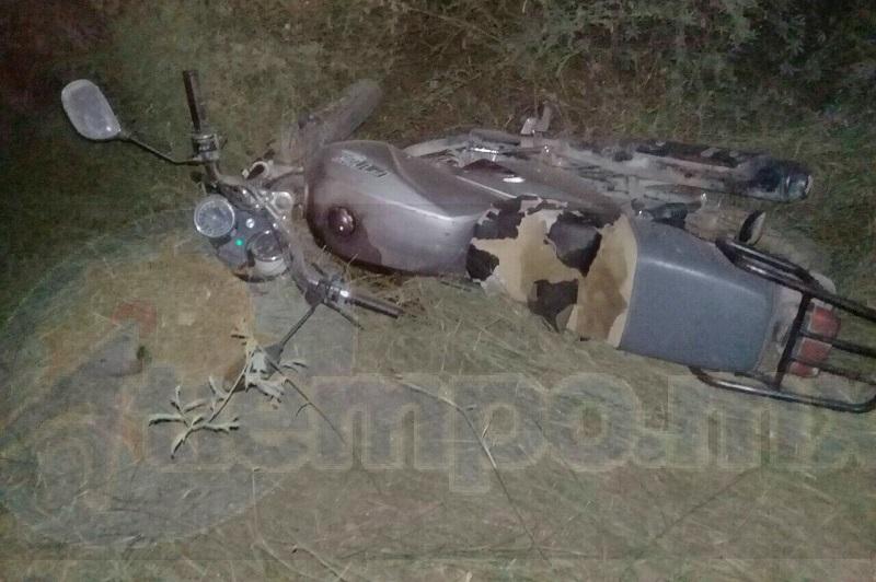 El conductor perdió el control de la motocicleta para posteriormente derrapar, quedando ambas personas afuera de la cinta asfáltica