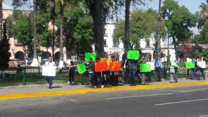Los manifestantes exigen los pagos de sus quincenas completos y se oponen a la reforma al régimen de jubilaciones y pensiones de la UMSNH