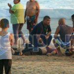 Sobre la franja de arena, paramédicos de la ambulancia intentaron reanimar a los turistas, sin embargo tuvieron que dar la lamentable noticia a sus familiares de que ya no tenían signos vitales
