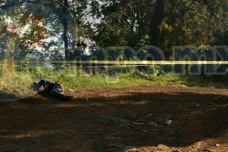 Al respecto, se supo que aproximadamente a las 07:00 horas jornaleros que se dirigían al corte de aguacate localizaron a un costado del acceso principal a la mencionada huerta el cuerpo de un hombre que vestía un pantalón azul mezclilla y una playera negra con unas botas de color café