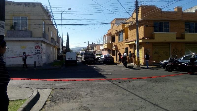 Un grupo de pistoleros pasaron aparentemente en una camioneta y dispararon en su contra, en repetidas ocasiones, para posteriormente darse a la fuga