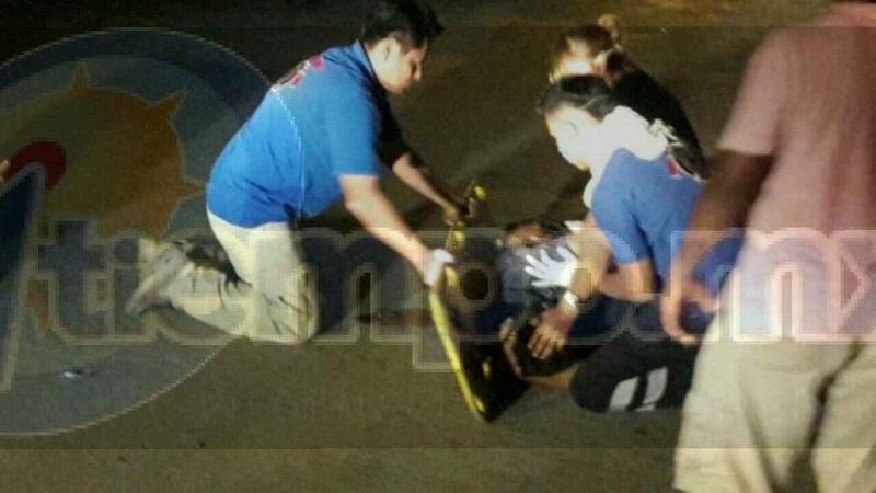 Derivado del fuerte impacto el motociclista quedó varios metros de distancia, retirado del lugar del accidente
