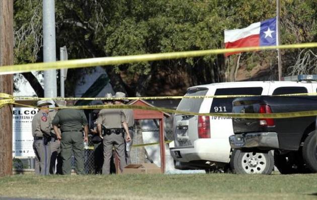 Después del tiroteo, el hombre, descrito como un veinteañero blanco, fue atacado a disparos por un residente local. Luego huyó en su vehículo y posteriormente fue hallado muerto en el vecino Condado de Guadalupe.