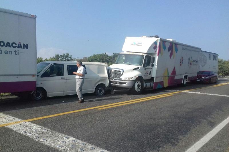 De acuerdo con los primeros reportes, hay tres personas con lesiones leves, mismas que fueron trasladadas a un hospital de Uruapan para su valoración
