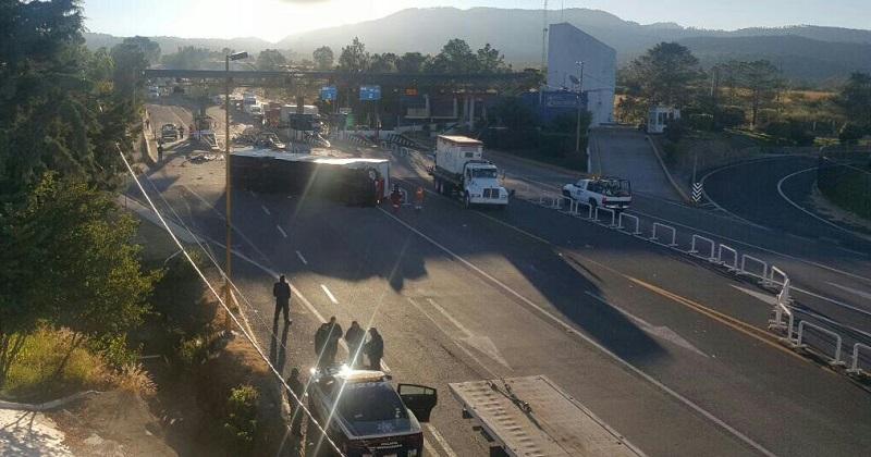 Inmediatamente arribaron paramédicos de Sysmedic los cuales les brindaron las primeras atenciones a los dos ocupantes del camión para trasladarlos a un hospital privado en el municipio de Acámbaro, Guanajuato