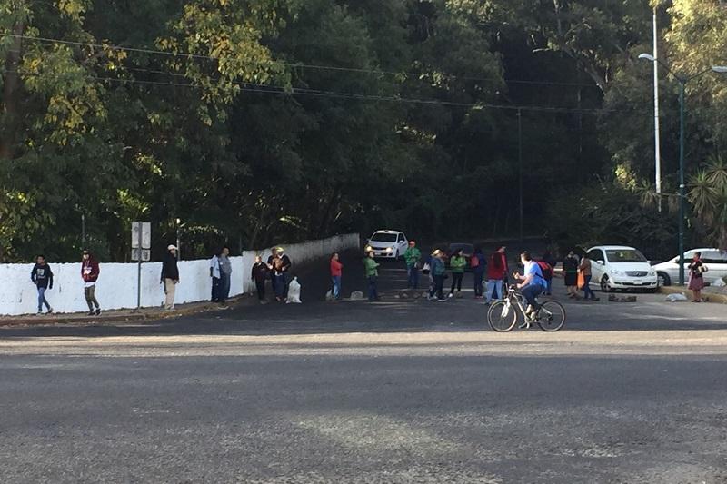 Los manifestantes exigen que el Gobierno de Michoacán liquide adeudos pendientes desde administraciones anteriores con el Fondo de Pensiones Civiles, así como la destitución del director de Pensiones Civiles del Estado, Ignacio Ocampo Barrueta