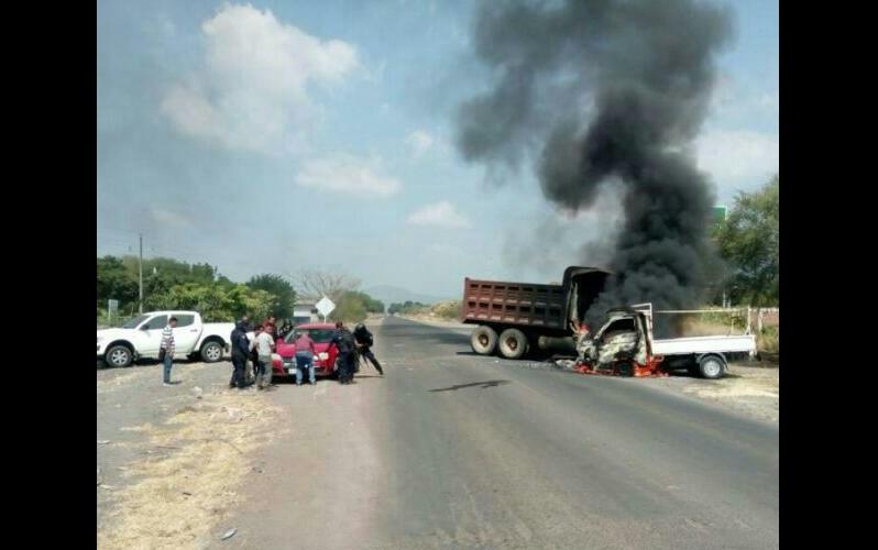 A ambos incidentes arribaron elementos de la Policía Michoacán y Federal acudieron a retirar las unidades apoyados por personal de bomberos y grúas, quedando liberadas las vías de comunicación, sin que resultarán personas lesionadas