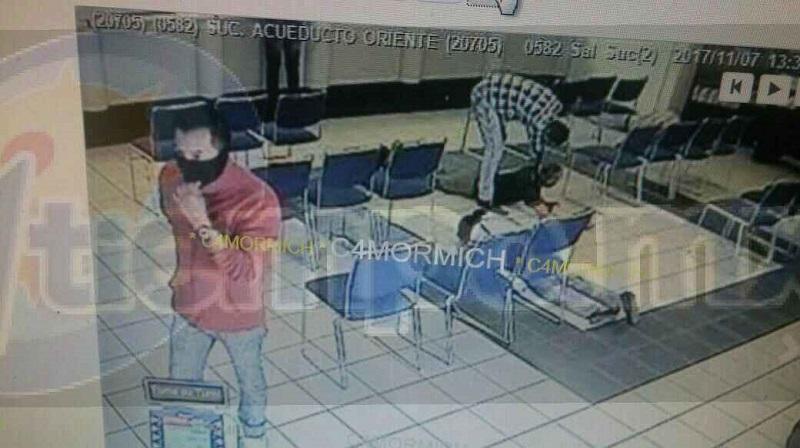 Tres sujetos ingresaron con armas de fuego y con lujo de violencia amagaron a los clientes a las cajeras a quienes les exigieron el dinero en efectivo, desconociendo la cantidad que se llevaron